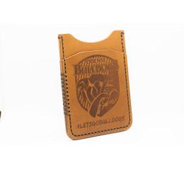 Kortholder i brun med logo, stående